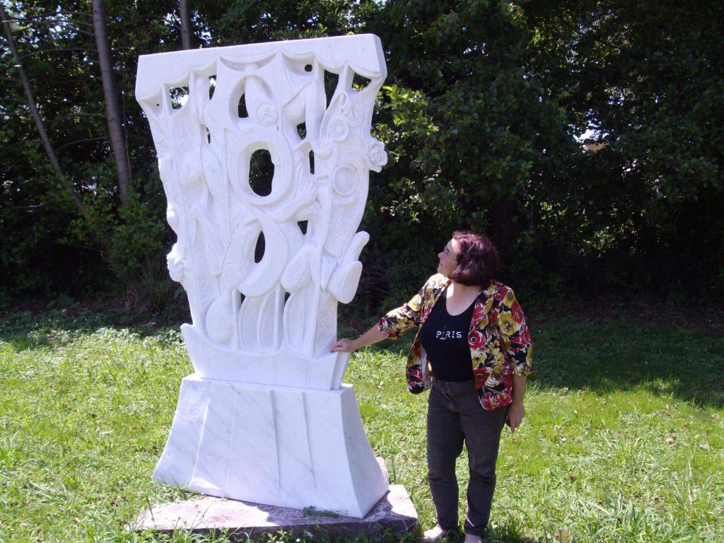 anat golandski con una sua scultura