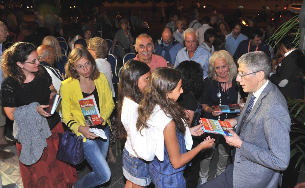 4 mario giordano firma il suo libro