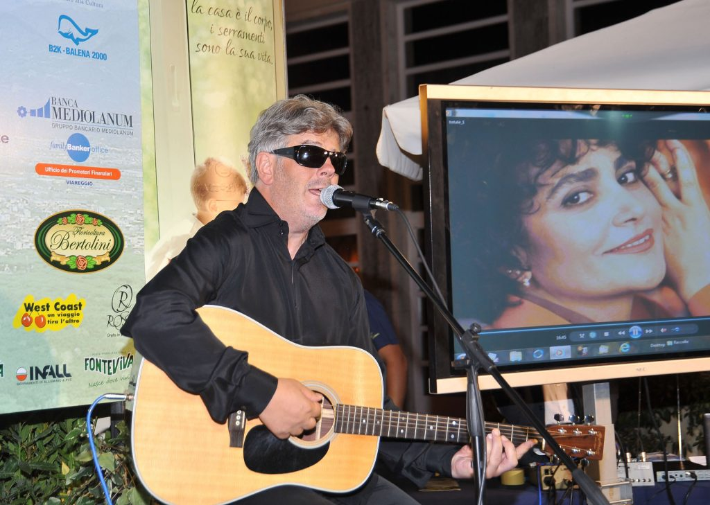 Aleandro Baldi suona la chitarra sul palco di Viareggio Incontri