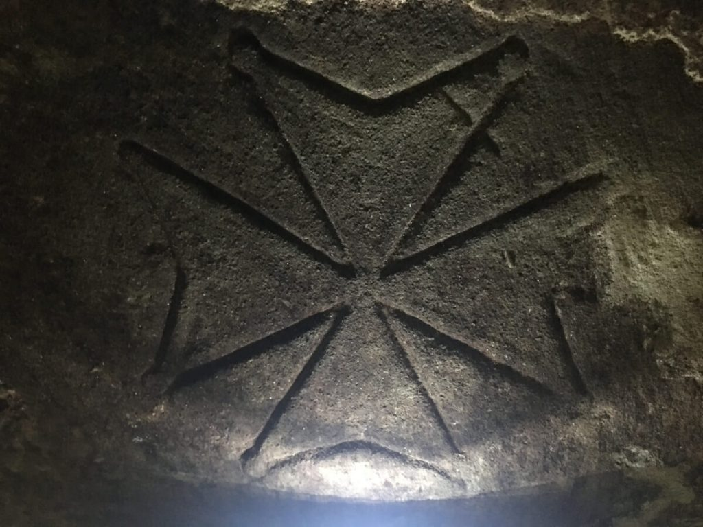 11 dettagli di toscana i templari a torre a cenaia la Croce delle Otto Beatitudini rinvenuta nella cantina ok