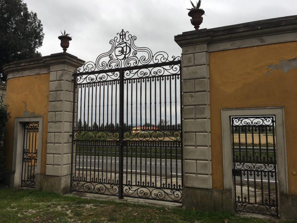 5 dettagli di toscana i templari a torre a cenaia il cancello di Villa Valery ok