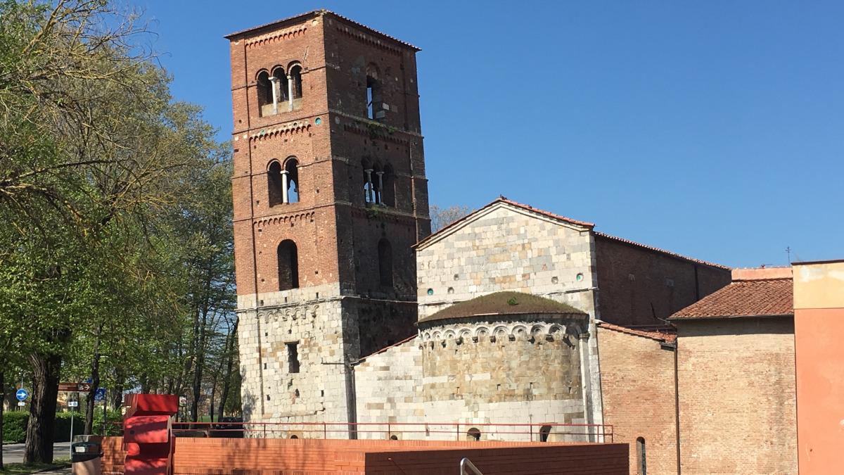 campanili o torri pendenti a pisa: chiesa di san michele degli scalzi
